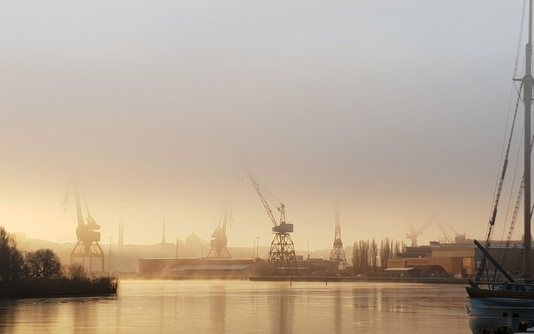 Kranar i Göteborgs hamn i dimma